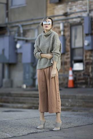 Cómo combinar: jersey con cuello vuelto holgado gris, falda pantalón marrón claro, chinelas de ante grises, gafas de sol grises