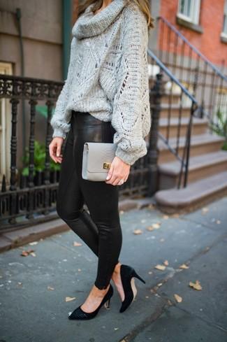 Cómo combinar un jersey con cuello vuelto holgado gris: Para un atuendo tan cómodo como tu sillón usa un jersey con cuello vuelto holgado gris y unos leggings de cuero negros. Zapatos de tacón de ante negros son una opción muy buena para complementar tu atuendo.