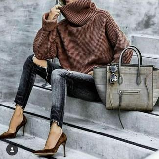 Cómo combinar: jersey con cuello vuelto holgado marrón, vaqueros pitillo desgastados en gris oscuro, zapatos de tacón de ante en marrón oscuro, bolsa tote de cuero con print de serpiente gris