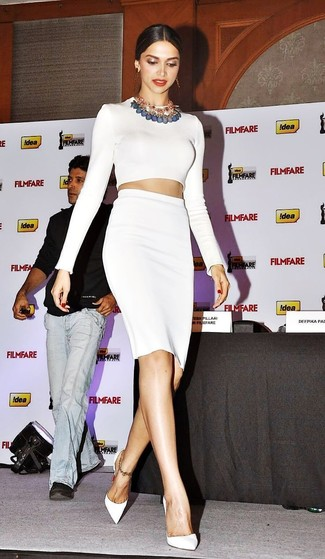 0ba7938eb ... Look de Deepika Padukone  Jersey corto blanco