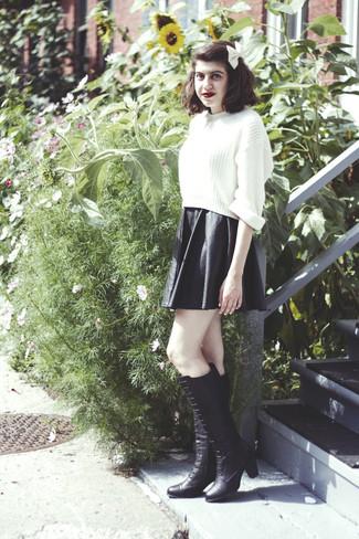Opta por la comodidad en un jersey corto de punto blanco y un corbatín. Agrega botas de caña alta de cuero negras a tu apariencia para un mejor estilo al instante.