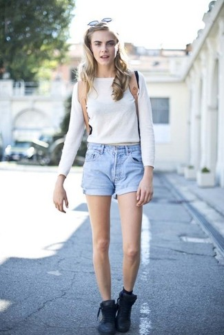 Look de Cara Delevingne: Jersey Corto Blanco, Pantalones Cortos Vaqueros Celestes, Zapatillas Altas de Cuero Negras