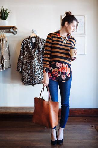 Look de moda: Jersey corto de rayas horizontales negro, Camisa de vestir con print de flores negra, Vaqueros azules, Zapatos de tacón de ante negros