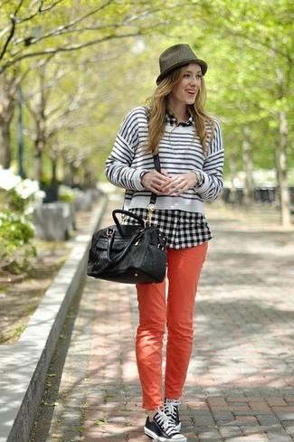 Cómo combinar: jersey corto de rayas horizontales en blanco y negro, camisa de vestir de tartán en negro y blanco, vaqueros pitillo rojos, tenis en negro y blanco
