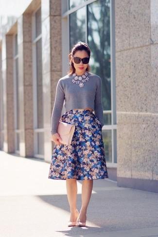 Look de moda: Jersey corto gris, Falda campana con print de flores azul, Zapatos de tacón de cuero rosados, Cartera sobre de cuero rosada