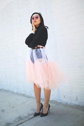 Cómo combinar: jersey corto negro, falda campana de tul rosada, zapatos de tacón de cuero negros, correa de cuero en marrón oscuro