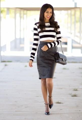 Cómo combinar: jersey corto de rayas horizontales en blanco y negro, falda lápiz de cuero negra, zapatos de tacón de cuero negros, bolso de hombre de cuero acolchado negro