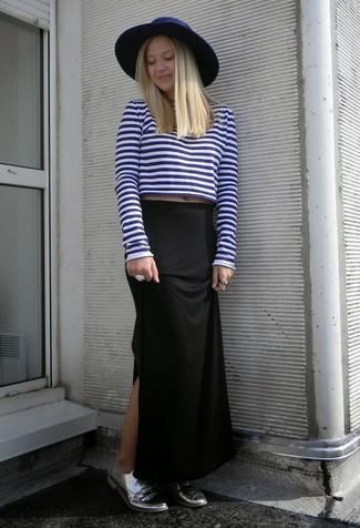 La versatilidad de un jersey corto de rayas horizontales en azul marino y blanco y una falda larga negra los hace prendas en las que vale la pena invertir. Agrega zapatos oxford de cuero plateados de Stella McCartney a tu apariencia para un mejor estilo al instante.
