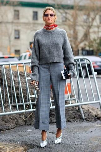 Cómo combinar: jersey corto de punto gris, falda pantalón de tartán gris, chinelas de cuero plateadas, bandana en rojo y blanco
