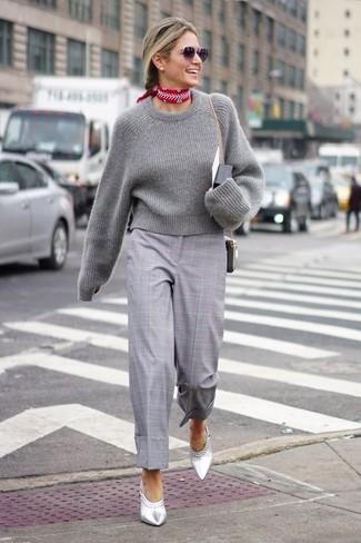 Cómo combinar: jersey corto gris, falda pantalón de tartán gris, chinelas de cuero plateadas, bandana estampada roja