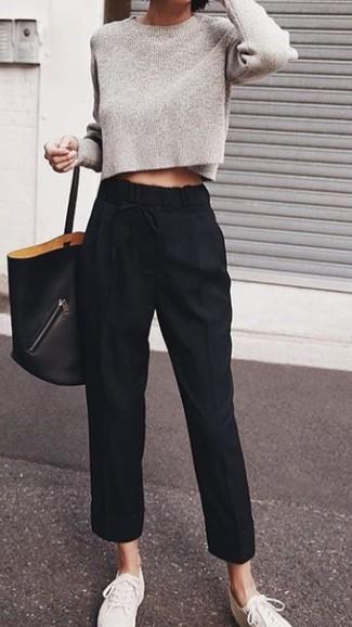 Cómo combinar unos tenis de lona blancos: Para un atuendo que esté lleno de caracter y personalidad considera emparejar un jersey corto gris con un pantalón de pinzas negro. ¿Quieres elegir un zapato informal? Opta por un par de tenis de lona blancos para el día.