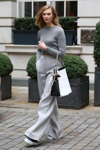Cómo combinar: jersey corto gris, pantalones anchos de lana grises, mocasín con plataforma de cuero en negro y blanco, bolsa tote de cuero en blanco y negro