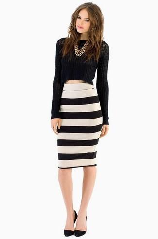 Empareja un jersey corto negro junto a una falda lápiz de rayas  horizontales blanca y azul