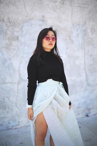 Cómo combinar: jersey corto negro, falda larga con ojete blanca, gafas de sol rosa, reloj de goma blanco
