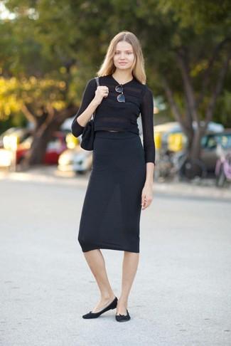 Cómo combinar: jersey corto negro, falda midi negra, bailarinas de ante negras, bolso de hombre de ante negro