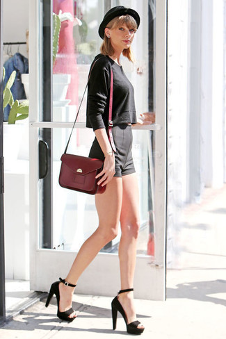 Look de Taylor Swift: Jersey Corto Negro, Pantalones Cortos Negros, Sandalias de Tacón de Ante Negras, Bolso de Hombre de Cuero Burdeos