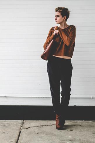 Cómo combinar: jersey corto marrón, pantalones de pijama negros, botines con cordones de cuero marrónes, bolsa tote de cuero marrón