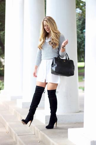 Cómo combinar: jersey corto gris, vestido camisa blanca, botas sobre la rodilla de ante negras, bolsa tote de cuero negra