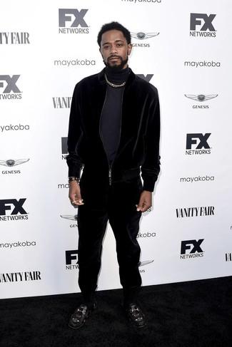 Cómo combinar: jersey de cuello alto azul marino, chándal de terciopelo negro, mocasín de cuero bordado negro, reloj de cuero negro