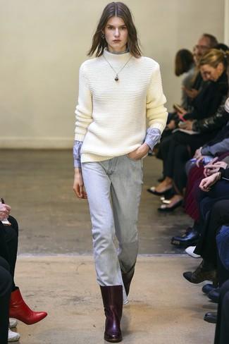 Cómo combinar: jersey de cuello alto de lana de punto blanco, camisa de vestir celeste, vaqueros celestes, botines de cuero burdeos