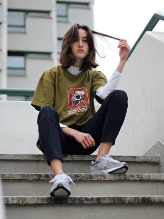 Cómo combinar: jersey de cuello alto blanco, camiseta con cuello circular estampada verde oliva, pantalones pitillo negros, deportivas grises