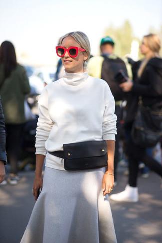 Cómo combinar: jersey de cuello alto blanco, falda midi de lana gris, riñonera de cuero negra, gafas de sol rojas