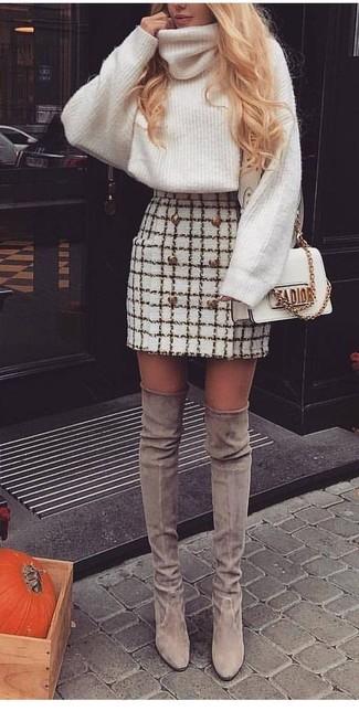 Cómo combinar una minifalda a cuadros: Considera emparejar un jersey de cuello alto de lana de punto blanco junto a una minifalda a cuadros para lidiar sin esfuerzo con lo que sea que te traiga el día. Botas sobre la rodilla de ante grises dan un toque chic al instante incluso al look más informal.
