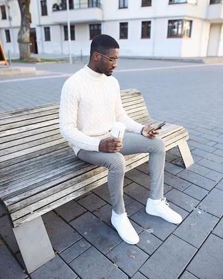 Cómo combinar: jersey de cuello alto de punto blanco, pantalón de vestir a cuadros gris, tenis de cuero blancos, calcetines blancos