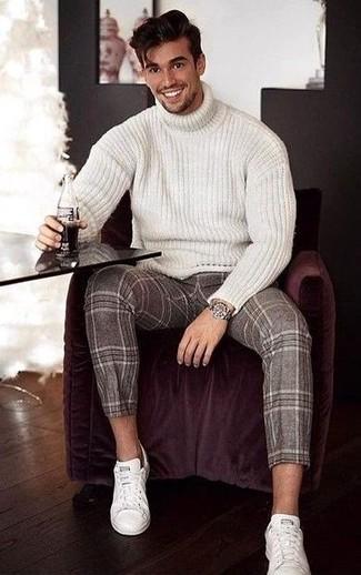 Look de moda: Jersey de cuello alto de lana de punto blanco, Pantalón de vestir de lana de tartán marrón, Tenis de cuero blancos, Reloj plateado
