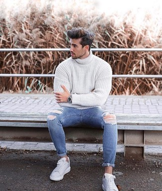 Cómo combinar unos vaqueros pitillo desgastados azules: Un jersey de cuello alto de punto blanco y unos vaqueros pitillo desgastados azules son una opción buena para el fin de semana. Tenis de cuero blancos proporcionarán una estética clásica al conjunto.