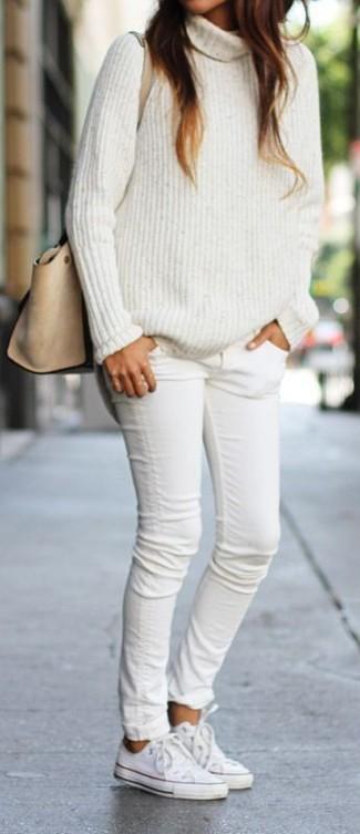 Cómo combinar: jersey de cuello alto de punto blanco, vaqueros pitillo blancos, tenis blancos, bolso de hombre de cuero en beige