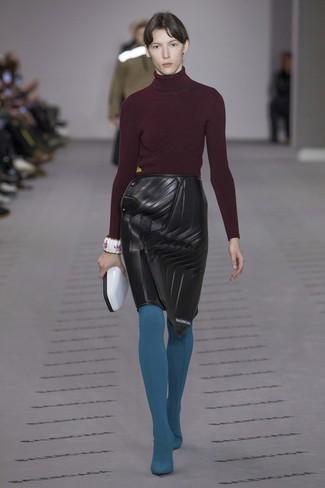 Cómo combinar un jersey de cuello alto burdeos: Empareja un jersey de cuello alto burdeos con una falda lápiz de cuero negra para crear un estilo informal elegante.