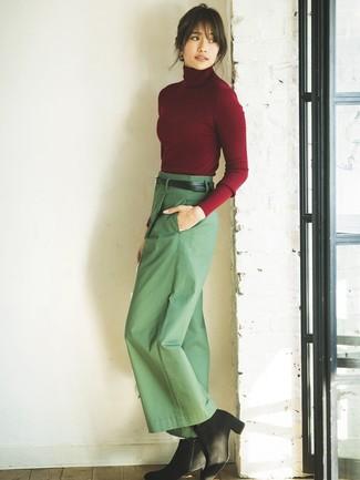 Cómo combinar un jersey de cuello alto burdeos: Si buscas un estilo adecuado y a la moda, usa un jersey de cuello alto burdeos y unos pantalones anchos verdes. Botines de ante negros son una opción inmejorable para completar este atuendo.