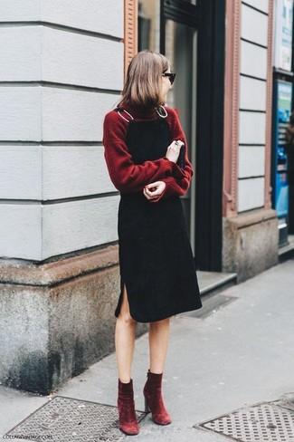 Cómo combinar: jersey de cuello alto burdeos, pichi negro, botines de terciopelo burdeos