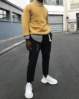 Cómo combinar: jersey de cuello alto mostaza, camisa de manga larga de rayas verticales en blanco y negro, pantalón chino negro, deportivas blancas