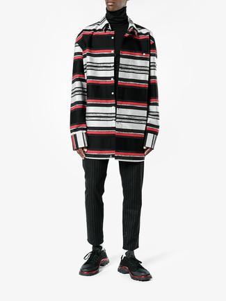 Cómo combinar: jersey de cuello alto negro, camisa de manga larga de rayas horizontales negra, pantalón chino de rayas verticales negro, deportivas negras