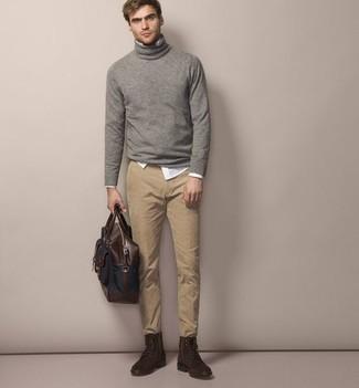 Cómo combinar un portafolio de cuero en marrón oscuro en primavera 2021: Ponte un jersey de cuello alto de lana gris y un portafolio de cuero en marrón oscuro para un look agradable de fin de semana. ¿Te sientes valiente? Completa tu atuendo con botas casual de ante en marrón oscuro. Es una elección estupenda si tu buscas un look primaveral.