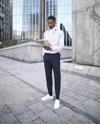 Cómo combinar un reloj: Casa un jersey de cuello alto blanco con un reloj para un look agradable de fin de semana. Con el calzado, sé más clásico y complementa tu atuendo con tenis de lona blancos.