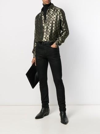 Cómo combinar: jersey de cuello alto negro, camisa de manga larga estampada dorada, vaqueros negros, botines chelsea de cuero negros