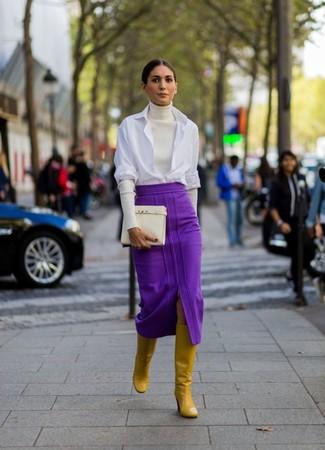 Cómo combinar: jersey de cuello alto blanco, camisa de vestir blanca, falda midi morado, botas de caña alta de cuero mostaza
