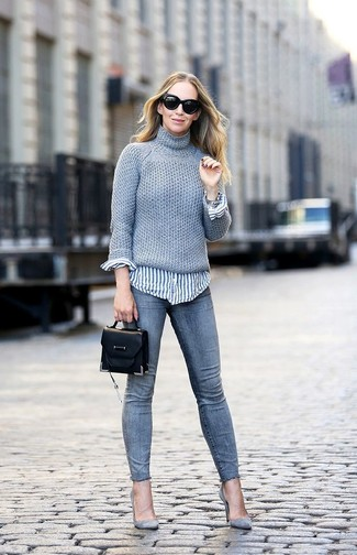 Cómo combinar: jersey de cuello alto de punto gris, camisa de vestir de rayas verticales en blanco y azul, vaqueros pitillo grises, zapatos de tacón de ante grises