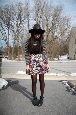 Cómo combinar: jersey de cuello alto de rayas horizontales en negro y blanco, camiseta sin manga negra, falda skater con print de flores negra, botines de cuero gruesos negros