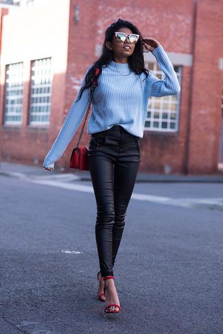 Cómo combinar: jersey de cuello alto celeste, pantalones pitillo de cuero negros, sandalias de tacón de cuero rojas, bolso bandolera de cuero rojo
