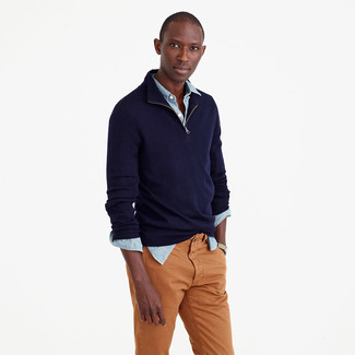Utiliza un jersey de cuello alto con cremallera azul marino de Hackett London y un pantalón chino tabaco para lidiar sin esfuerzo con lo que sea que te traiga el día.