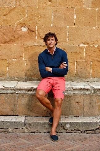 Los días ocupados exigen un atuendo simple aunque elegante, como un jersey de cuello alto con cremallera azul marino de Hackett London y unos pantalones cortos rosa. Este atuendo se complementa perfectamente con alpargatas de lona azul marino.