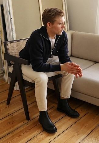 Cómo combinar unas botas: Haz de un jersey de cuello alto con cremallera azul marino y unos vaqueros en beige tu atuendo para una vestimenta cómoda que queda muy bien junta. Complementa tu atuendo con botas para mostrar tu inteligencia sartorial.