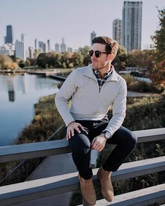 Cómo combinar: jersey de cuello alto con cremallera gris, camisa de manga larga de tartán en negro y blanco, pantalón chino negro, botines chelsea de ante marrónes