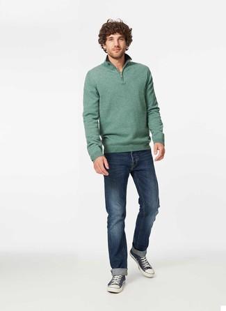 Cómo combinar: jersey de cuello alto con cremallera verde, vaqueros azul marino, tenis de lona en azul marino y blanco