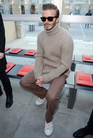 Look de David Beckham: Jersey de cuello alto de lana en beige, Pantalón de vestir de lana marrón, Tenis de cuero estampados blancos