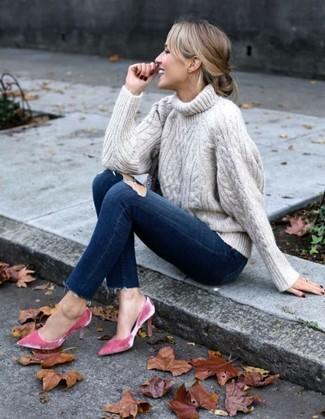 Cómo combinar: jersey de cuello alto de punto en beige, vaqueros pitillo desgastados azul marino, zapatos de tacón de terciopelo rosa